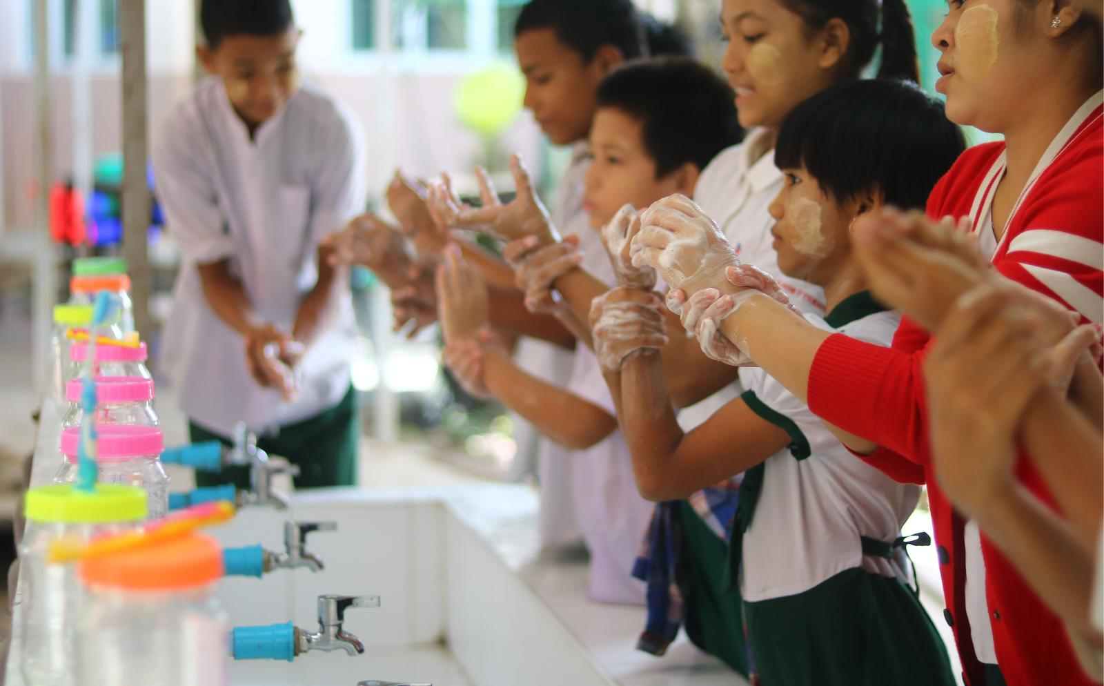 Dans l'un de nos stages, les enfants apprennent à se laver les mains pour éviter la propagation des maladies.